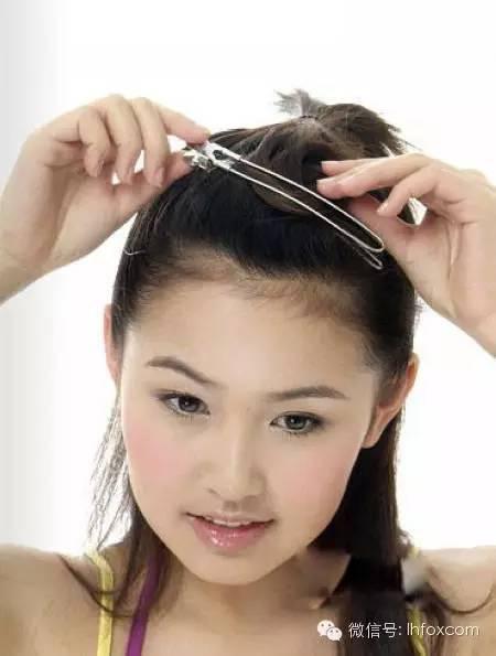给秀发扎出一个半扎发之后,将刘海简单的上夹备用图片