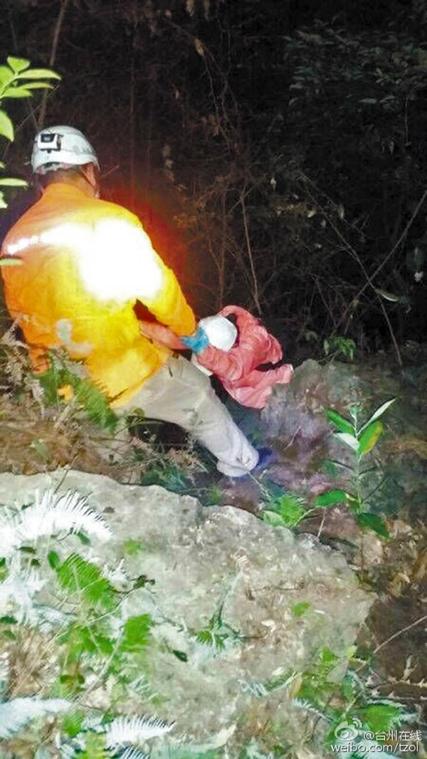 营救职员更阑在山中搜救。 @台州在线 图