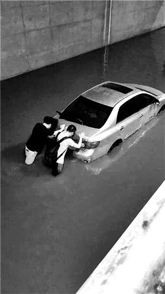 大雨昨夜袭京 城内八处积水
