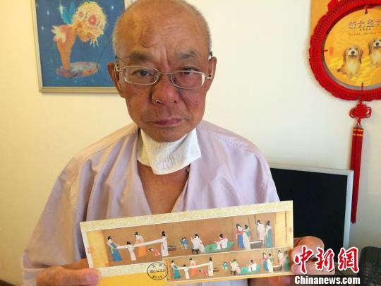 老人设计创作的《捣练图》邮资片 董晓斌 摄