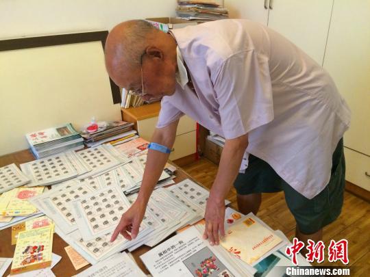 徐克定老人在家中整理收藏的邮品 董晓斌 摄