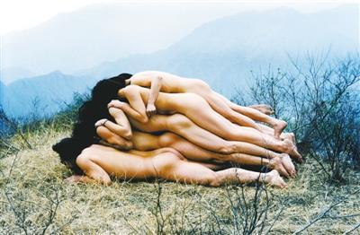 东村艺术家集体创作的《为无名山增高一米》.