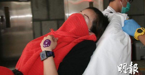 女向导受伤送院。(香港《明报》)