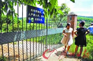 """""""女村长""""陈广玲左一与村民代表一起调查用地情况。"""