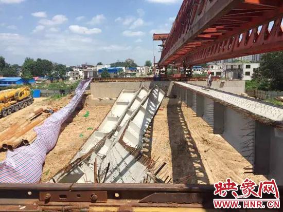 上午9点15分,漯河束缚路沙河大桥北段桥梁开工时因操纵失误诱发事变,吊装不稳招致桥梁零削发作开裂。