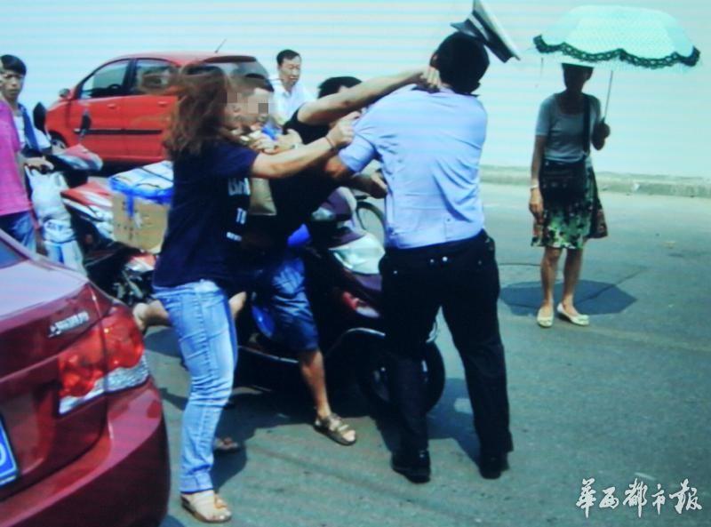 违法停车的姐弟对交警大打出手。