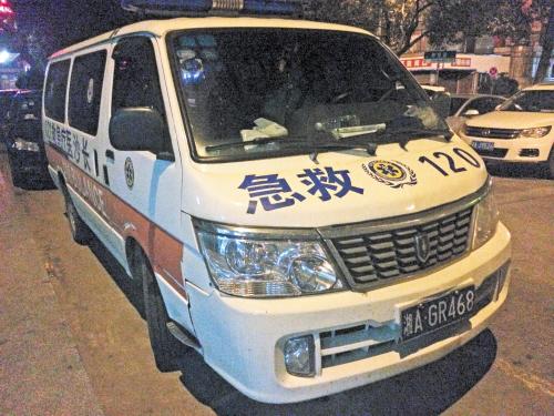 湘雅大酒店前坪,停放着经过非法改装的山寨救护车。 长沙晚报记者 小刘军 摄