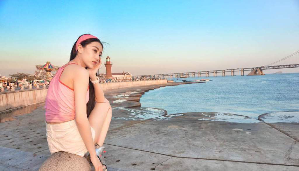 坐在大连海滩边拍写真