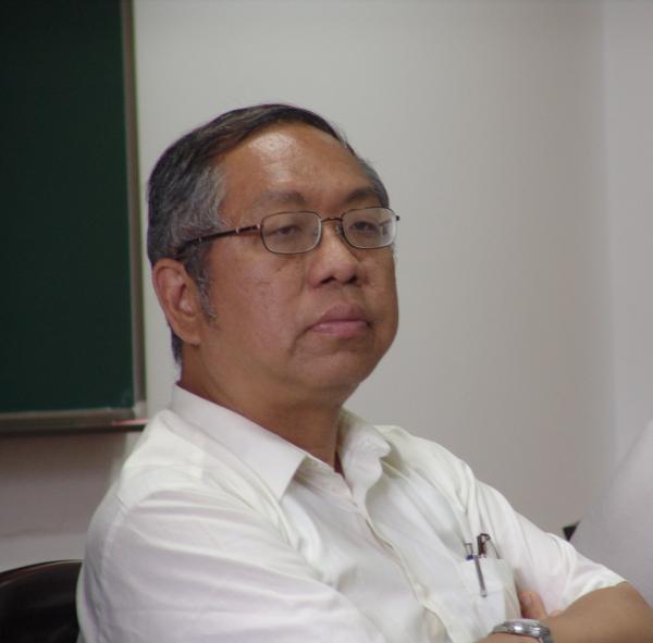 丘成桐说,国内几乎所有的荣誉和课题等都要申请,自己做过很多国家和学术机构的院士,从来没有准备过这些材料。