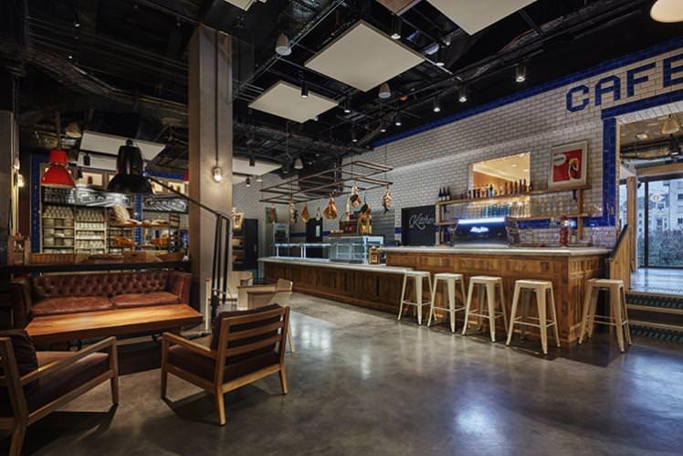 Freehand位于迈阿密一栋20世纪30年代Art Deco风格的老建筑中,内部拥有一个室外游泳池、乒乓球桌和茂密的热带风格庭院,还有一家直接从庭院中摘取新鲜食材的迈阿密风味餐厅——曾在2014年入选世界50佳酒吧的Broken Shaker鸡尾酒酒吧。