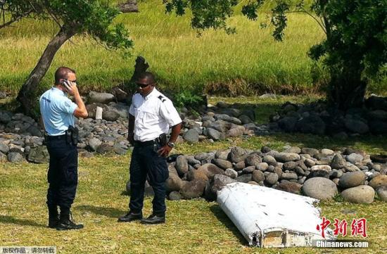 印度洋留尼旺岛的法国空军基地成员7月29日表示,当地时间7月29日,在该岛海岸线上发现飞机残骸。目前调查人员正检查该残骸是否与2014年失踪的MH370航班有关。 视频:疑似马航MH370残骸被发现 外交部:密切关注 来源:央视新闻