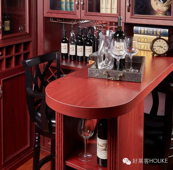 酒红色酒柜+吧台组合空间,沉稳大气的造型设计;黑色的实木皮纹吧台椅,神秘而又高贵,红与黑共同演绎美式乡村经典,处处彰显主人的生活品味。酒是岁月沉淀的醇香,人生亦如此,品酒如同品味人生,男人需要有一个酒柜,来存放他的故事。