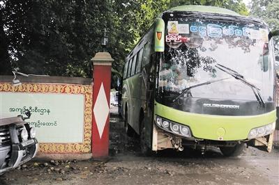 30日,获释的国家砍木工人坐在返国的大巴车里。