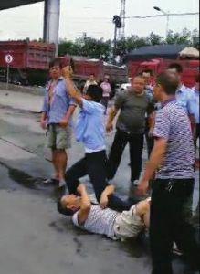 7月29日,勉县一民警处警进程中,遭抵触拉扯后鸣枪示警,共开了4枪,第三枪打中一乡民右腿。今朝,被枪击中乡民已做完手术。关于民警开枪能否契合规定,勉县检朴直在考察。