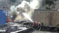 华商报讯(记者 杨托 通信员 张俊亮 杨蕊)韩城一家私家防水资料作坊在出产过程中,因操纵不妥致装有1.5吨煤焦油的罐体起火,因四周有其余罐体及厂区,有连环爆破的风险。经韩城消防部分奋力补救,最后将大火点燃。