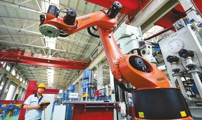 """工人正在调试新型墙材""""工业机器人""""装备——zy1200w智能型墙体液压图片"""