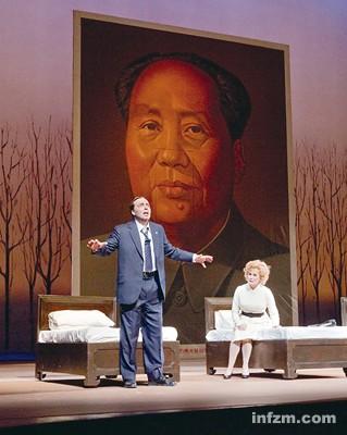 """尼克松与毛泽东见面,两人在北京宴会上举杯。当时似乎喝高了的尼克松说了句名言:""""这是改变世界的七天。""""但这句名言并没有在歌剧《尼克松在中国》中出现。"""