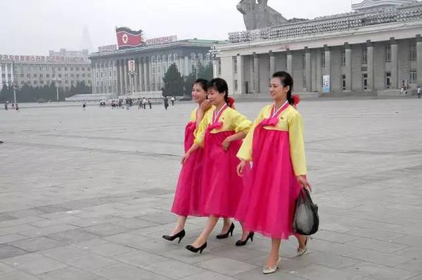 平壤街头 身穿传统服饰的美女们