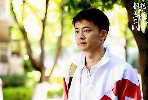 《拥抱星星的月亮》:暖男唐曾谱写小城恋曲-搜狐