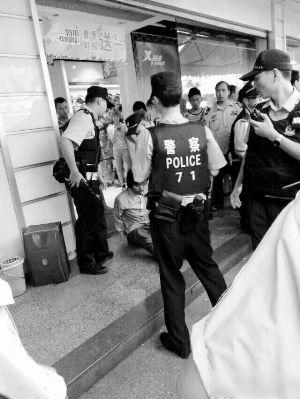 警方迅速将该名男子制服,并缴获1把水果刀。 (网络图片)