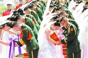 驻粤部队88名功勋军人办集体婚礼