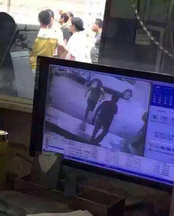 监控视频显现,宋开芳在泊车场被一中年女子连捅数刀。