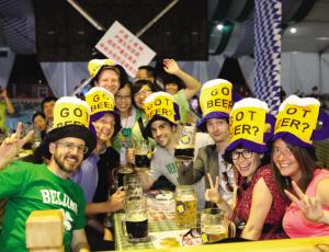 昨日,第17届中国国际啤酒节博览会慕尼黑啤酒节大篷倾情打造最火爆、最激情、最超值的专场脱光单身趴,数百名单身男女参与到了本次活动,现场氛围火爆,打造了一场别具风格特色的欢乐派对!