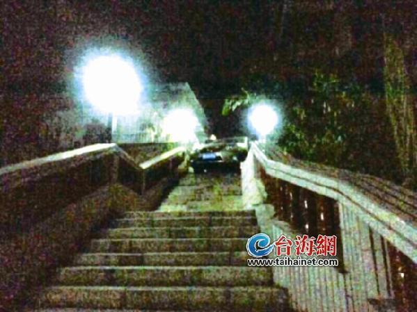 """东南网8月2日讯(海峡导报记者 房舒 文/图)昨日凌晨,白鹤路的台阶上,""""卡""""着一辆香槟色雷克萨斯轿车。"""