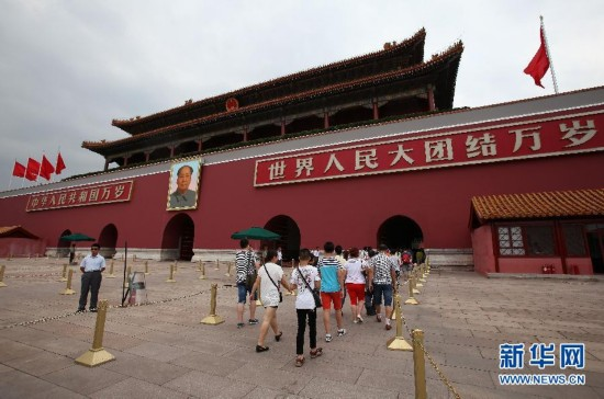 7月31日,游客在天安门城楼一带参观游览。当日,天安门城楼售票处、入口处均贴出通告,天安门城楼将于2015年8月1日至9月7日期间暂停对外开放。 新华社发