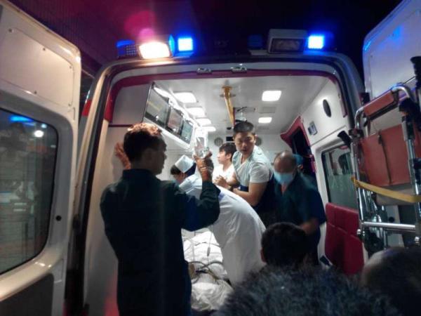 7月31日晚,受��大夫宋�_芳�D院救治。