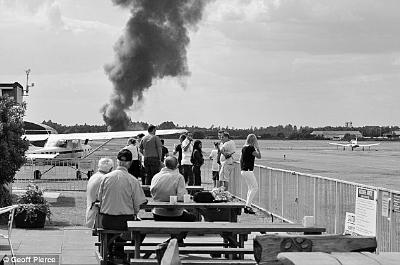 """法制晚报讯 (编译/记者 李志豪)据英国广播公司报道,当地时间7月31日下午,一架私人飞机在英国南部的布莱克布许机场坠毁,机上4人全部遇难。报道称,飞机属于前""""基地""""组织首领本·拉登的家族,死者包括他的继母和妹妹。"""