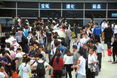 2014年5月1日,旅客在北京四惠长途车站等候上车。2014年,北京长途汽车实行网上购票(资料图片)