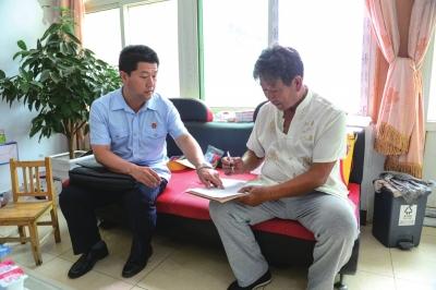 法官向张老汉送达强制执行通知书。