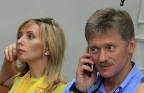 资料图:俄罗斯总统新闻秘书德米特里・佩斯科夫(右)与奥运花样滑冰冠军塔基亚娜・纳乌卡。