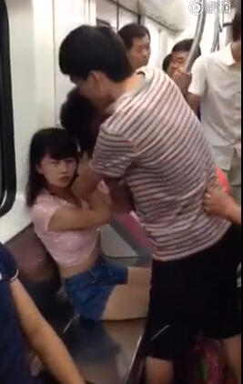武汉地铁两女子为抢座开撕 一女孩险被扒掉内衣(图)