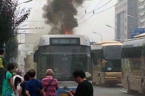 公交车起火现场。网友供图