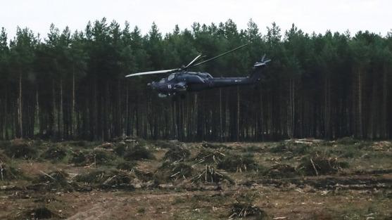 俄罗斯一架米-28武装直升机在航空表演时意外坠毁爆炸,图片为该直升机坠毁前。(图片来源:路透社)