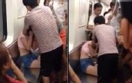 实拍两女子地铁上抢座混战
