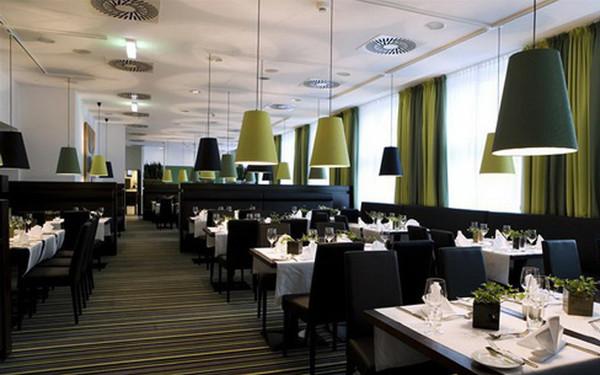 西餐厅装饰设计继承了欧式风格的特点,意在一种高贵典雅的环境中体会