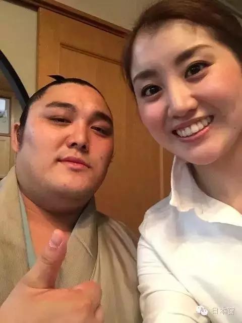 日本相扑们居然都娶到这样的美女老婆