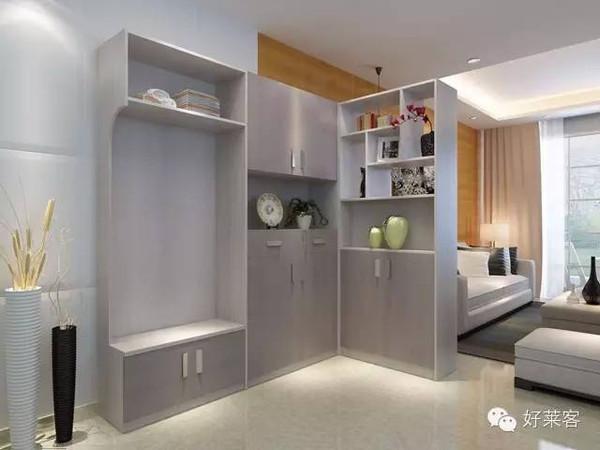 鞋子藏在掩门柜里,l型的另一侧是储物隔断柜,将玄关与客厅一分为二