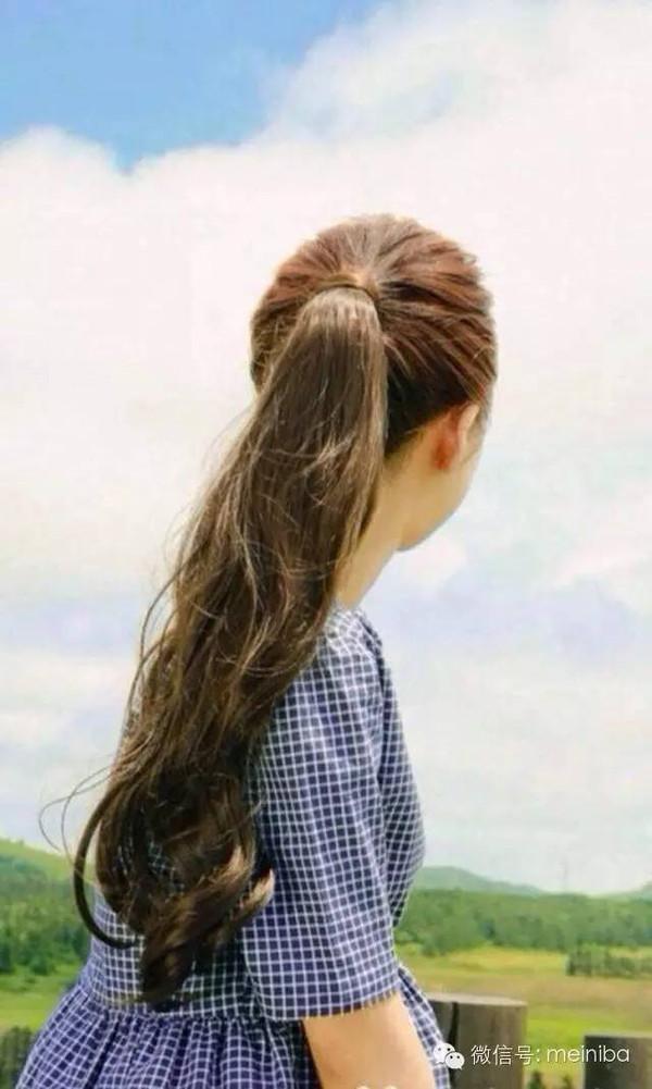 长头发女孩,扎个这样的马尾,竟然清纯美翻了!图片