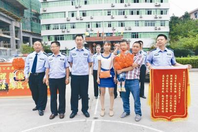 小明的家人给民警送来锦旗抒发谢意