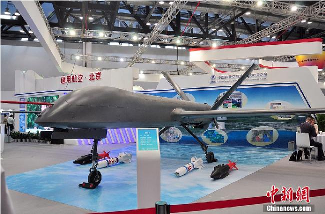 在电视节目中,中国航天科技集团空气动力技术研究院专家沈宏鑫介绍,彩虹四号属于中空长航时无人机,最大起飞重量1330公斤,最大载荷345公斤,最大升限8000米,最大续航时间38小时,最大航程3500公里。该机于2010年开始研制,2011年9月首飞。