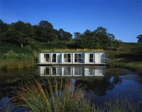 建筑师设计费尔南德斯,在西班牙加利西亚乡村,坐落在一个平坦的草地上。