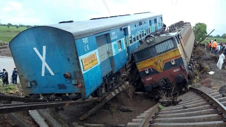 印午夜惊魂:两列火车同一桥上脱轨致24人死亡(组图)