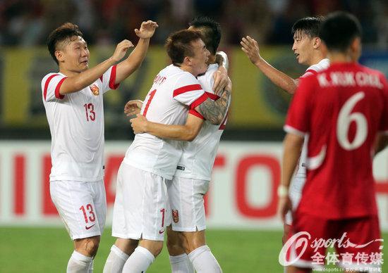 公民网8月5日电北京时刻8月5日21点,2015年东亚杯男足赛事第二轮持续进行,国家队迎战朝鲜队。第36分钟于大宝破门,第51分钟王永珀打进点球。最后,国足2-0力克朝鲜队获得首胜。两轮竞赛事后,韩国队积4分排名第一,国家、朝鲜积3分,日本1分垫底。8月9日,国足将迎来末了一个敌手日本队。