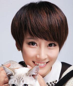 女人味十足的一款韩式短发烫发,齐刘海加上蓬松的短发设计,很能修饰脸图片