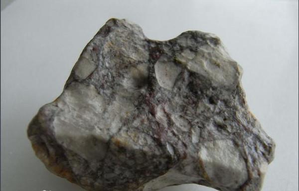 成斑状结构的构造和杏仁构造并存在黑云母.