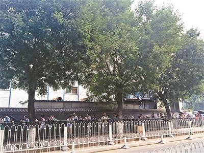 北大校外期待进校观光的旅客排起长队 本版拍照/见习记者 王晓芸